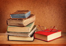 Pila y vidrios de libros Foto de archivo libre de regalías
