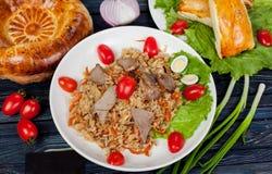 pilaf Мясное блюдо людей централи и Средней Азии, риса, мяса и луков, соответствующих на праздники Nauryz или Navruz, как стоковое изображение rf