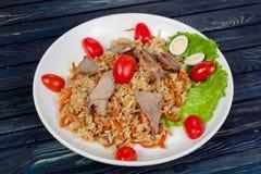 pilaf Мясное блюдо людей централи и Средней Азии, риса, мяса и луков, соответствующих на праздники Nauryz или Navruz, как стоковые фото