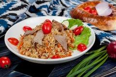 pilaf Мясное блюдо людей централи и Средней Азии, риса, мяса и луков, соответствующих на праздники Nauryz или Navruz, как стоковые изображения