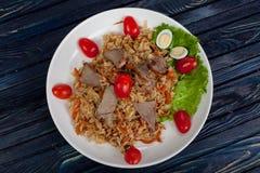 pilaf Мясное блюдо людей централи и Средней Азии, риса, мяса и луков, соответствующих на праздники Nauryz или Navruz, как стоковая фотография rf