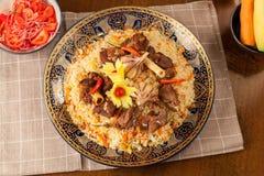 pilaf Мясное блюдо людей централи и Средней Азии, риса, мяса и луков, соответствующих на праздники Nauryz или Navruz, как стоковые фотографии rf