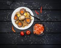 Pilaf και achichuk στο άσπρο πιάτο Ξύλινο σκοτεινό υπόβαθρο Κεντρικός-ασιατική κουζίνα - Plov Τοπ όψη Στοκ Φωτογραφίες