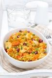 Pilaf με τα λαχανικά, το κοτόπουλο και το ρόδι σε ένα κύπελλο στοκ εικόνα με δικαίωμα ελεύθερης χρήσης