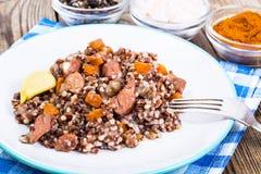 Pilaf με το κόκκινο ρύζι με τα χοντρά κομμάτια του βόειου κρέατος, των καρότων και του σκόρδου Στοκ Εικόνες