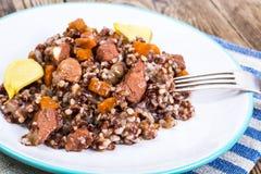 Pilaf με το κόκκινο ρύζι με τα χοντρά κομμάτια του βόειου κρέατος, των καρότων και του σκόρδου Στοκ εικόνα με δικαίωμα ελεύθερης χρήσης