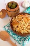 Pilaf с мясом от шара на деревянной доске и белой предпосылке, соленьях бочонка, чесноке, деревянной ложке Стоковые Изображения RF