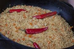 Pilaf, arroz y carne con pimientas fotos de archivo