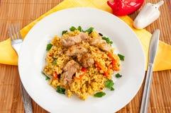 Pilaf avec de la viande et des légumes dans un plat blanc Image libre de droits