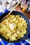 Pilaf avec du boeuf, les carottes, les oignons, l'ail et les épices, plat traditionnel de cuisine asiatique, foyer sélectif photos stock