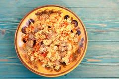Pilaf con la carne y la zanahoria, arroz oriental tradicional Foto de archivo