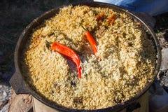 Pilaf délicieux cuit dans un chaudron Photographie stock libre de droits