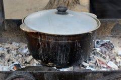 Pilaf, der auf einem Feuer kocht Stockfotos