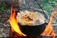 Pilaf in einer Kasserolle auf dem Feuerabschluß oben kochen stockbilder