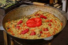 Pilaf od ryżowych kawałków mięso i warzywa w wielkiej bedni w kuchni Obraz Stock