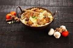 Pilaf ou biriyani cuisine-savoureux indien de poissons dans le pot de fonte, Photos libres de droits