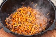 Pilaf, pilaw, plov, ρύζι με το κρέας στο τηγάνι Διαδικασία μαγειρέματος Στοκ Φωτογραφία
