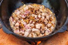 Pilaf, pilaw, plov, ryż z mięsem w niecce Kulinarny proces Fotografia Royalty Free