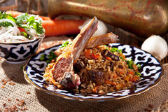 Pilaf-Teller mit Salat lizenzfreies stockfoto
