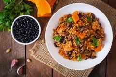 Pilaf végétal de vegan mexicain avec les haricots et le potiron Image libre de droits