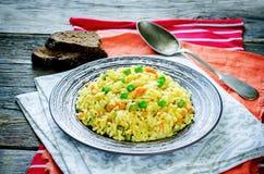 Pilaf vegetariano indiano, Biriyani, con le carote ed i piselli fotografia stock libera da diritti