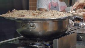 Pilaf z mięsem w wielkim kotle w hotelowej restauraci Tradycyjny Indiański naczynie lub Bliskowschodni ryż gotujący z zbiory