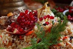 Pilaf z mięsem, chickpeas i marchewkami na drewnianym stole, Fotografia Stock