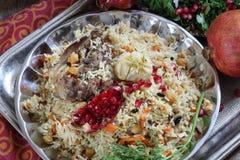 Pilaf z mięsem, chickpeas i marchewkami na drewnianym stole, Zdjęcie Royalty Free