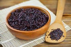 Pilaff från lösa svarta ris på tabellen royaltyfri bild