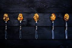 Pilaff i skedar som annonserar begrepp Central-asiat kokkonst - Plov Mörk träbakgrund för bästa sikt arkivbild