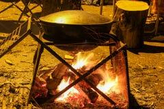 Pilaff lagas mat i en kittel Arkivfoto