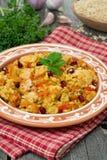 pilaff med grönsaker, höna och granatäpplet, lodlinje arkivfoto