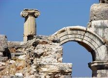 Pilar, arco y ruinas en Ephesus, Turquía Foto de archivo