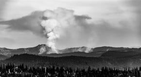 Pilar blanco y negro del incendio forestal del humo adentro a las nubes imagen de archivo libre de regalías