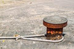 Pilar de acero concreto con la cuerda para el barco que parquea Fotos de archivo