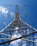 Pilar de alto voltaje del metal de la línea eléctrica sobre la opinión de la vertical del cielo azul Imagen de archivo libre de regalías