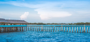 Pilar de bambú de la casa y de la cerca en el mar en la explosión Khun Thian Imagen de archivo