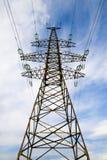 Pilar de la línea eléctrica contra el cielo Fotos de archivo