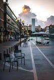 Pilar de la nube sobre el patio de la ciudad - puesta del sol Imagen de archivo