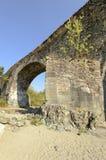 Pilar de piedra del puente medieval cerca del abbe de Croce del alla de Santa María Imagen de archivo libre de regalías