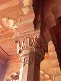 Pilar decorativo del escultor de la piedra roja en templo indio fotos de archivo