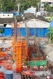 Pilar del cemento del edificio en sitio de la construcción Fotos de archivo