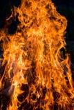 Pilar del fuego La textura del fuego brillante en un background_ oscuro fotos de archivo libres de regalías