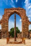 Pilar del hierro en el complejo de Qutub fotos de archivo