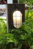Pilar di legno di vecchio modo con la lampada per la decorazione del giardino Immagini Stock Libere da Diritti