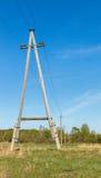 Pilar eléctrico de madera contra el cielo azul Imagen de archivo libre de regalías