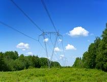 Pilar eléctrico de madera viejo en campo, Imagen de archivo
