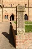 Pilar esculpido en el patio de la abadía, Pomposa, Italia Imagen de archivo libre de regalías