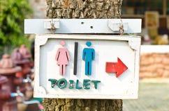 Pilar indikerar toaletten. Fotografering för Bildbyråer