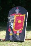 Pilar och målet som en legionär på en historisk stridighet visar Arkivfoto